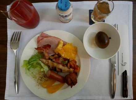 ホテルの朝食ビュッフェ(謎の煮卵=茶葉蛋)