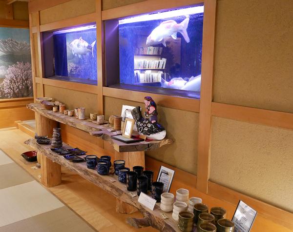 千曲乃湯しげの家 エントランスにはギャラリー(陶芸作品や書籍)とお土産コーナーが設置されてる