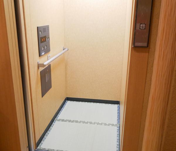 千曲乃湯しげの家 畳敷きエレベーター